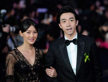 Звезды Пекинского международного кинофестиваля повязали зеленые ленточки в знак памяти о землетрясении в городе Яань