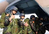 Первое женская рота спецназа сухопутных войск НОАК - тренировка по прыжкам с парашютом