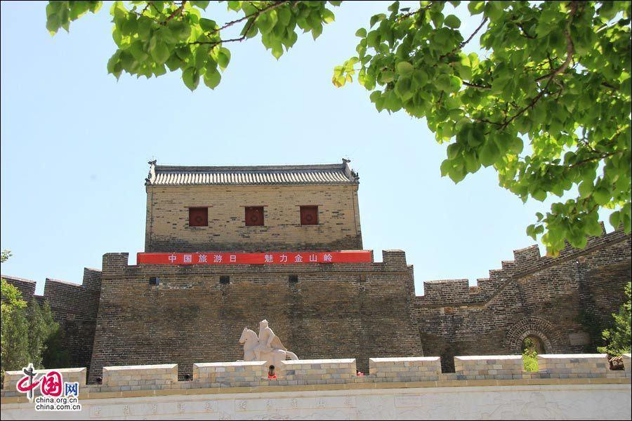 Очаровательные летние пейзажи участка Великой китайской стены Цзиньшаньлин