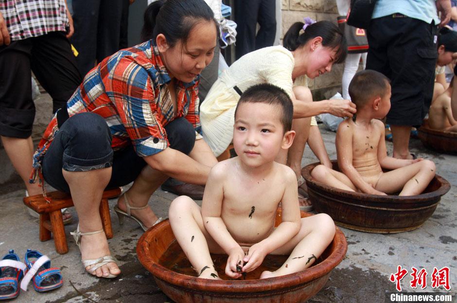 Праздник Дуаньу: традиционное купание детей на родине поэта Цюй Юаня