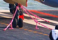 Палубные самолеты крепятся к авианосцу при помощи розовой цепи: объяснение военного эксперта