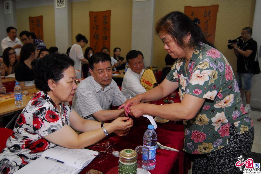 Иностранные друзья познакомились с праздничными обычаями Пекина