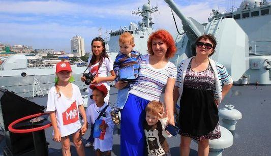 Военные корабли, принимающие участие в китайско-российских учениях «Морское взаимодействие-2013», во Владивостоке открыты для российской публики