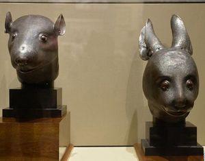 Бронзовые головы кролика и крысы представлены в Национальном музее Китая