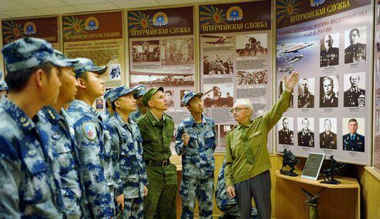 Культура установила мост дружбы: боевые группы китайских ВВС посетили российский военный музей в перерыве между тренировками