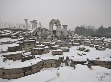 Зимние пейзажи руин фонтана Дашуйфа в парке Юаньминъюань