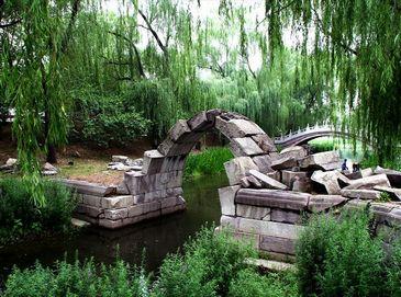 Летние пейзажи руин европейских дворцов в парке Юаньминъюань
