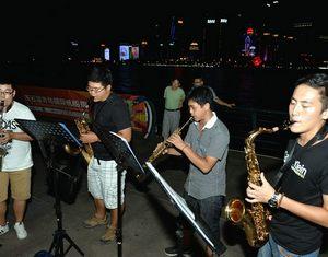 Сотни «художественных волонтеров» представляют выступления в Цяньхае