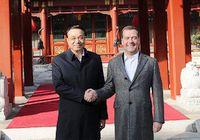 Ли Кэцян прогулялся с Д. Медведевым перед его отъездом из Пекина