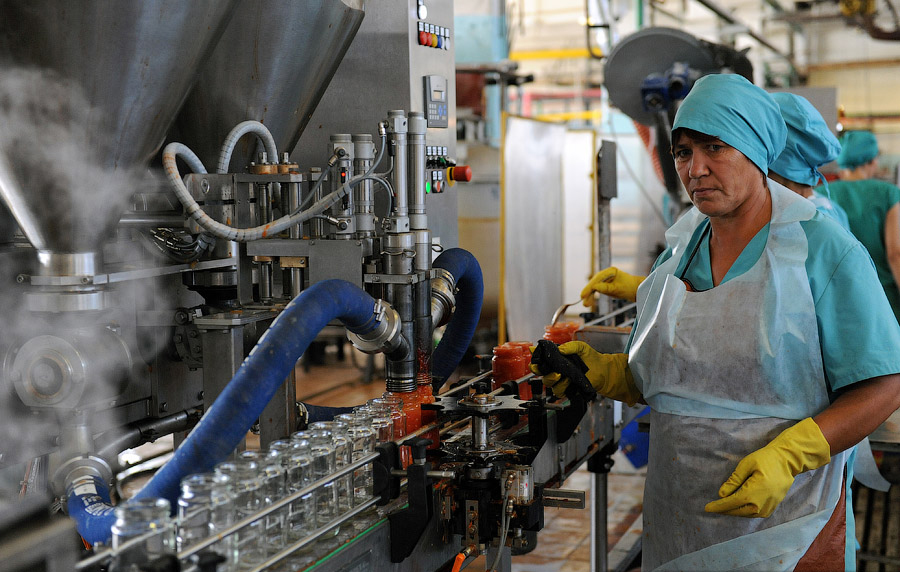 Фото: процесс производства консервов из овощей в России russian.china.org.cn.