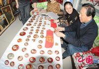 Коллекционер продемонстрировал 20 тыс. значков с изображением Мао Цзэдуна в честь 120-летия со дня рождения Мао Цзэдуна
