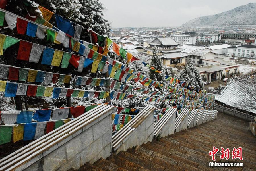 Фото древнего городка Дукэцзун уезда Шангри-Ла, пострадавшего от пожара
