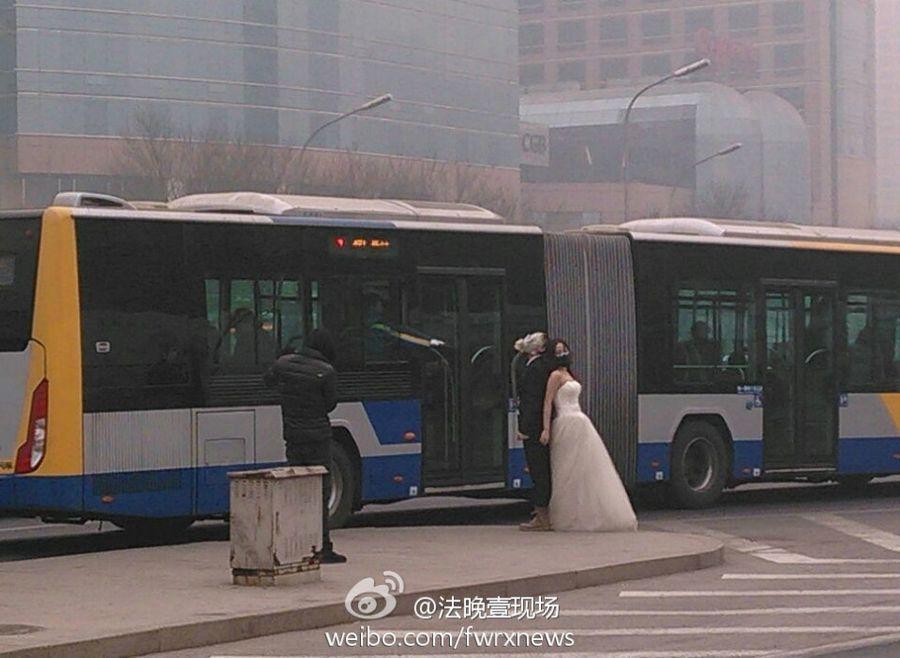 Влюбленные пары в Пекине снимаются для свадебной фотосессии в противогазах