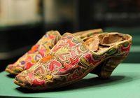 В Урумчи выставлены туфли на каблуке, которые носили уйгуры в династии Цин