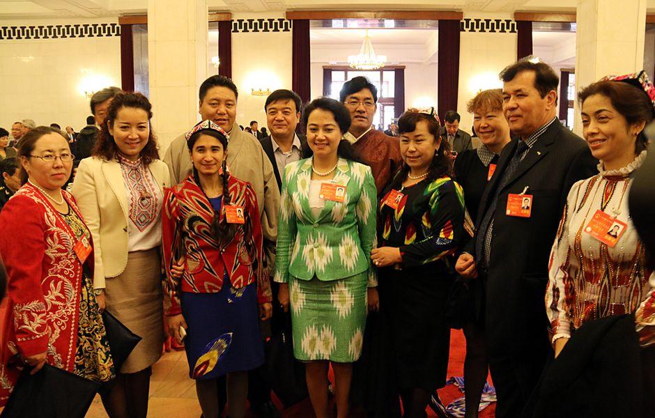 Яркие моменты сессии ВСНП: депутаты фотографируются вместе во время перерыва