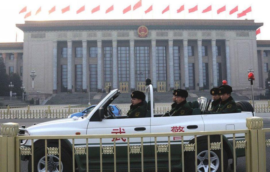 «Две сессии» близятся к завершению, но меры безопасности на площади Тяньаньмэнь остаются прежними