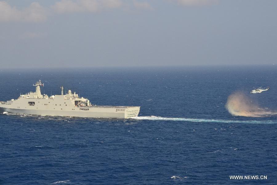 Десантный корабль 'Цзинганшань' ВМС Китая прибыл в акваторию, где была потеряна связь с малайзийским самолетом