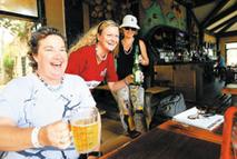 Иностранные туристы наслаждаются отдыхом в местечке Боао