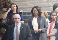 «Люди в черном» рядом с Мишель Обамой и ее дочерьми