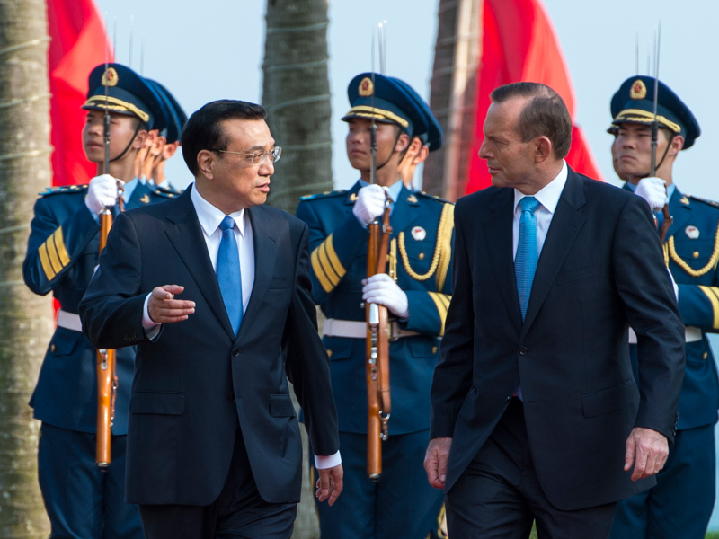 Ли Кэцян провел ежегодную встречу с премьер-министром Австралии Тони Абботтом