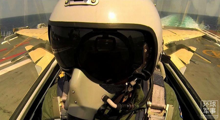 Потрясающие кадры из видео тренировок пилотов палубных самолетов авианосца «Ляонин»