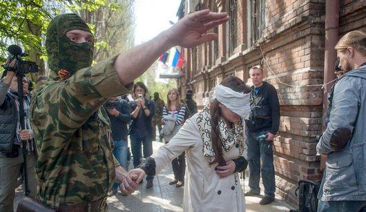 Пророссийские вооруженные активисты задержали украинскую журналистку в Славянске