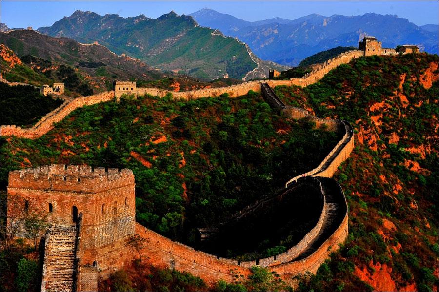 Очаровательный участок Великой китайской стены Цзиньшаньлин в начале лета