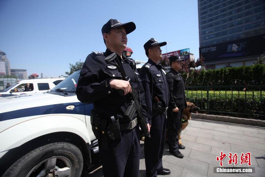 Вечером 11 мая пекинская полиция объявила о том, что 12 мая в 9 часов утра приступил к службе специальный вооруженный патруль, который состоит из 150 столичных патрульных машин.