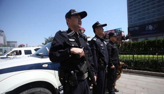 Пекинская полиция направила вооруженные патрульные машины на важные проспекты города для обеспечения безопасности