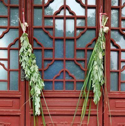 В этот день во многих местах Китая существует традиция вешать на дверь пучки полыни. Полынь играет роль оберега от эпидемий, зла и предупреждает заболевания.