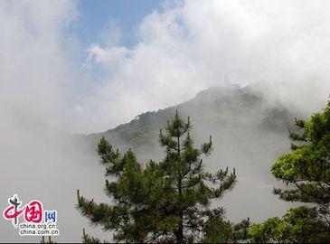 Чудесное море облаков в горах Хуаншань во время праздника Дуаньу