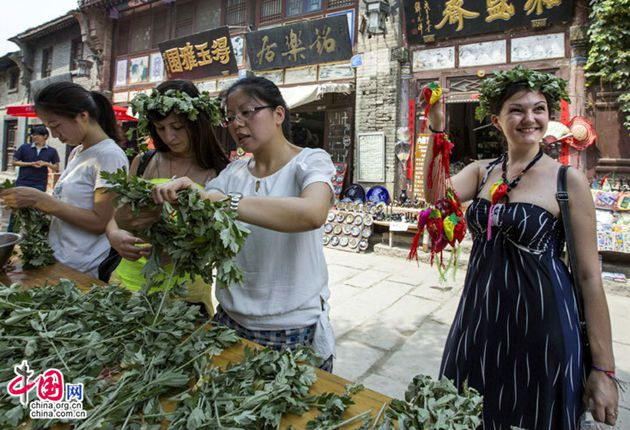 Иностранцы отметили праздник Дуаньу в древнем городке Чжоуцунь