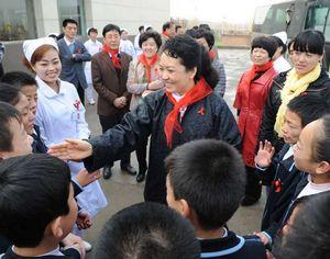 Первая леди КНР заботится о детях с диагнозом ВИЧ/СПИД