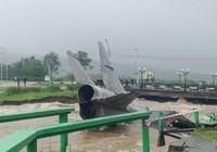 В Магадане из-за циклона смыло в реку музейные Су-15