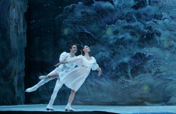 В Пекине представили знаменитый спектакль 'Лебединое озеро', дополненный танцами на льду