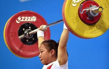 Китайская спортсменка Цзян Хуэйхуа стала чемпионкой Юношеской Олимпиады по тяжелой атлетике в категории до 48 кг