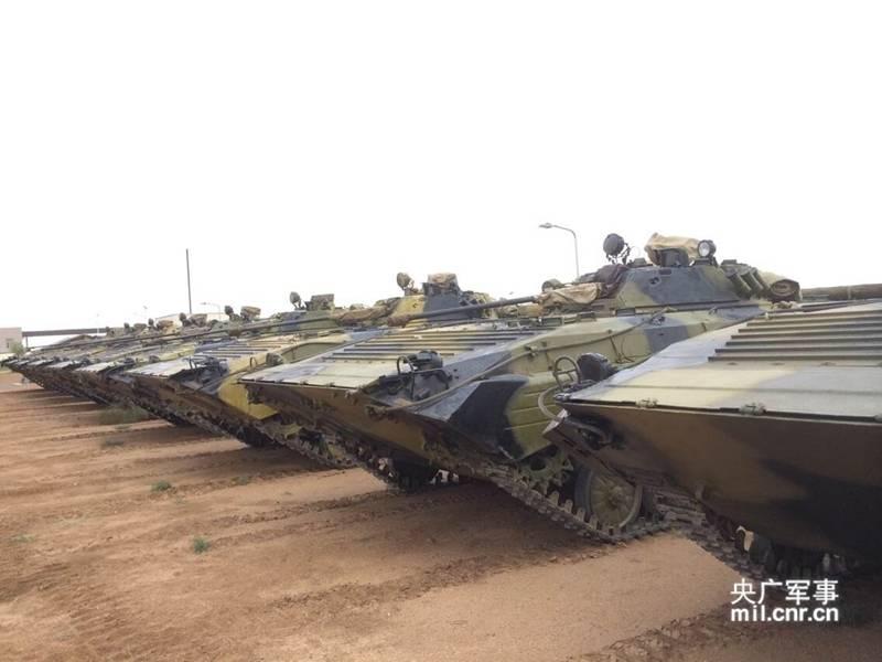 Во второй половине 21 августа часть офицеров и солдат из Казахстана, Кыргызстана и России в сопровождении военных КНР произвели смотр китайского оборудования, а также пообщались между собой.