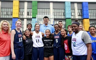 Посол Юношеских Олипийских игр в Нанкине Яо Мин пообщался с баскетболистами из разных стран