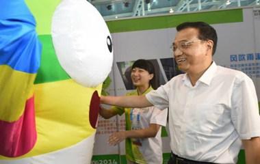 Талисман Юношеской Олимпиады в Нанкине Лэлэ «обманул» премьера Китая Ли Кэцяна