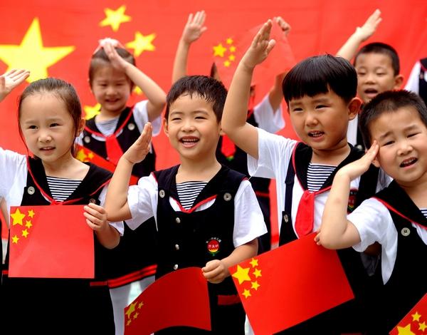 Фотографируюсь с государственным флагом Китая и «ставлю лайк» Родине