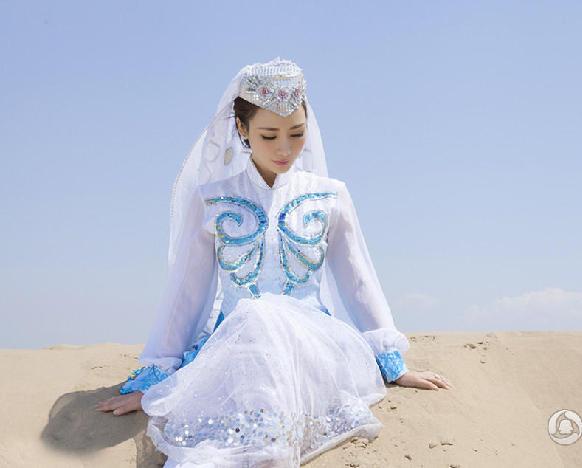 Очаровательная телеведущая Лю Янь в пустыне