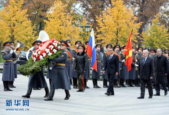 Ли Кэцян возложил венок к Могиле Неизвестного солдата