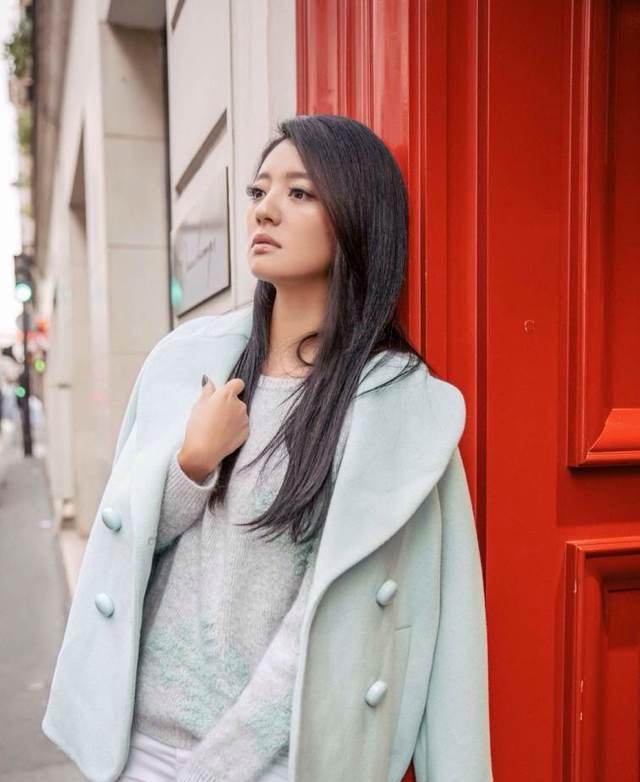 Модная кинозвезда Ань Исюань на улице Парижа