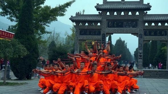19-го числа открылся Международный фестиваль шаолиньского ушу, 70 тыс. учеников построились для встречи туристов