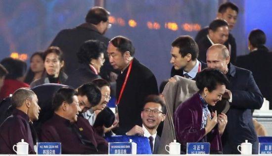 В. Путин одел Пэн Лиюань в пальто во время любования шоу с фейерверками в честь АТЭС в Пекине