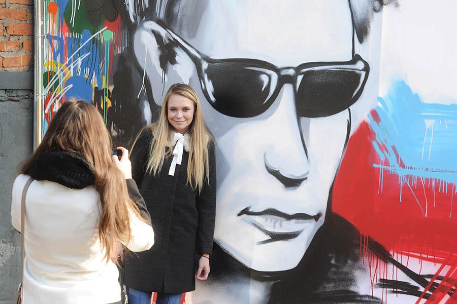 В Москве открылась выставка карикатур: Путин «воспитывает» Обаму