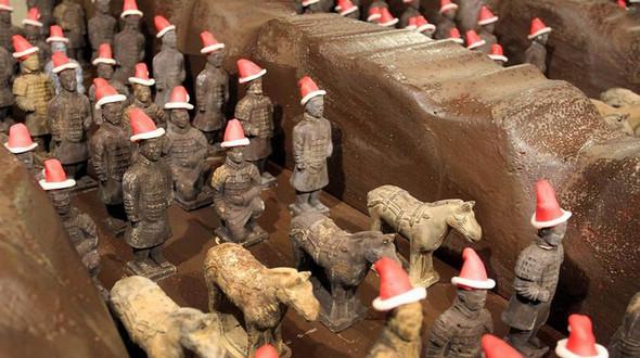 Шоколадные терракотовые воины с рождественскими колпаками готовы к празднику