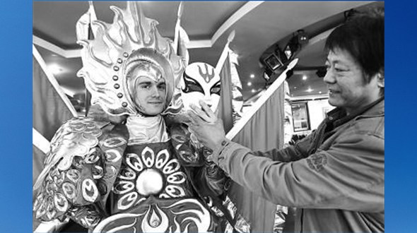 Смена масок «Восемь лиц»: уникальное мастерство школы народного искусства Тяньцяо передается русскому зятю