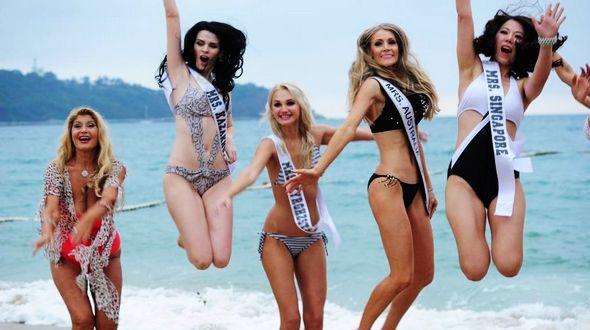 Участницы финала конкурса красоты ?Миссис Мира? в купальниках в г. Шэньчжэнь