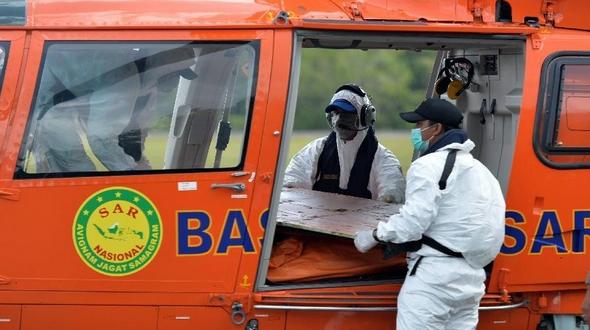 Индонезийские спасатели обнаружили сигнал 'черных ящиков' рухнувшего самолета малайзийской компании 'Эйр Эйша'
